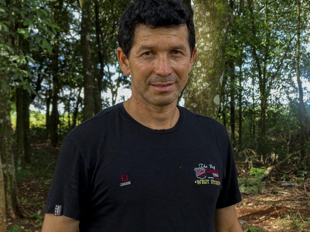 El campesino Jorge Cabrera frente a la línea de propiedad entre su tierra y los cultivos de soya. Foto: Sori Lundqvist