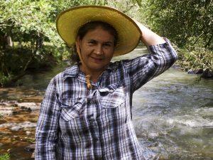 Catalina Fernández visar stolt upp den grönskande naturen i reservatet. Foto: Sori Lundqvist