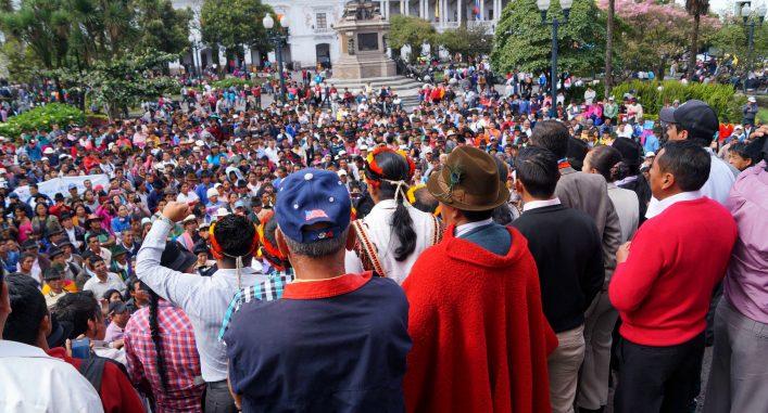 Ecuadors urfolkdledare talar inför massorna efter mötet med presidenten