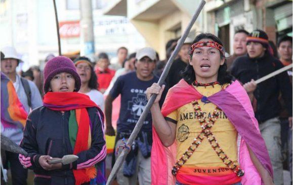 Etsa Salvio Franklin Sharupi Tapuy i demonstrationståg med urfolksnätverket Conaie i Ecuador. Foto: Anne-Gaël Bilhaut