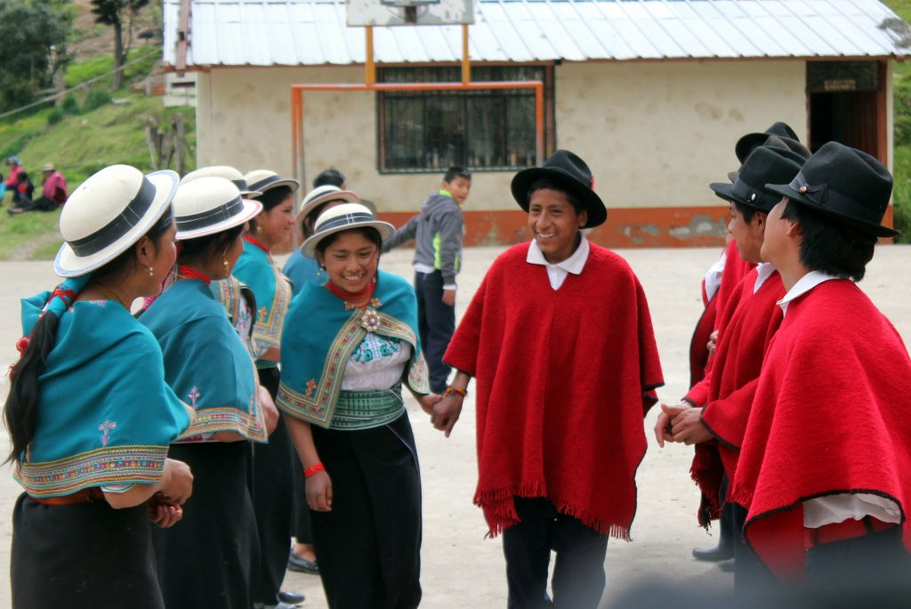 På interkulturella skolan Inti Churi är det inte bara accepterat med den traditionella urfolksklädseln, det är till och med obligatoriskt på måndagssamlingen. Foto: Elli Viljanen