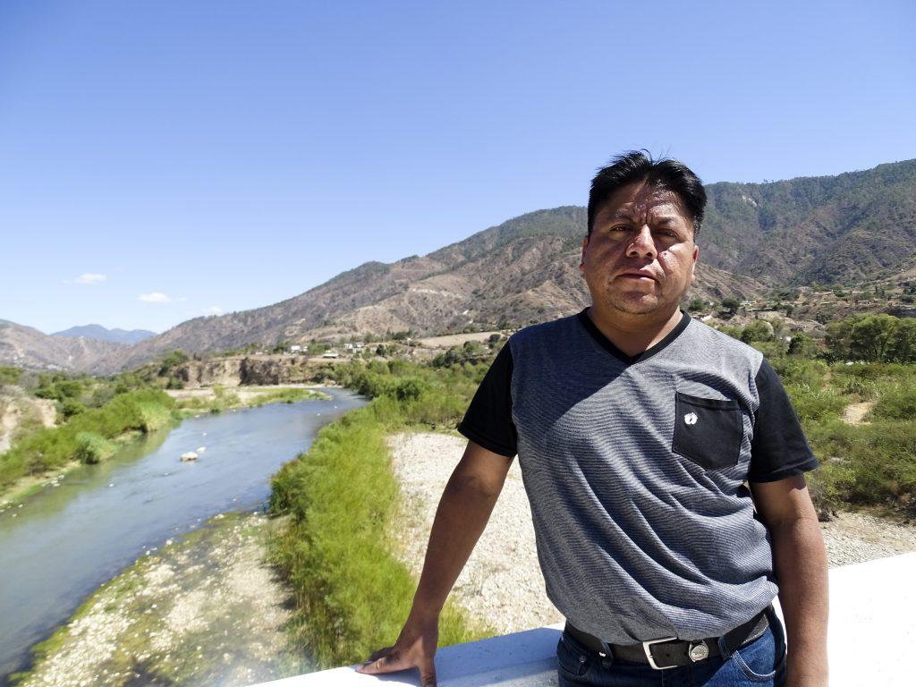 Urfolksledaren Mario López visar mig floden Chixoy som till följd av att vattenkraften lett om vattnet bara är hälften så bred som tidigare. Foto: Sori Lundqvist
