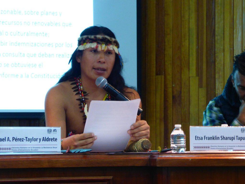 Etsa Salvio Franklin Sharupi Tapuy föreläser om urfolksgruppen quijos. Foto: Anne-Gaël Bilhaut