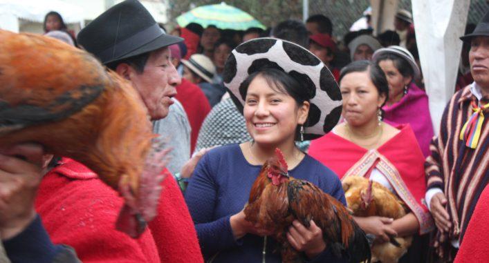 Kulturella fester är en glädjefylld del av Sisas arbete med urfolksrörelsen. Här deltar hon i dans med kichwafolket. Tupparna fångade i den traditionella vårleken är en viktig del av den andinska vårfesten Pawkar Raymi. Foto Elli Viljanen.