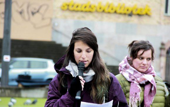 Latinamerikagruppernas ordförande Itza Orozco Svensson håller tal på en manifestation på medborgarplatsen den 12 oktober 2017. Foto: Lovisa Prage